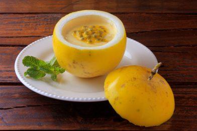Mousse de maracujá com gelatina incolor delicioso