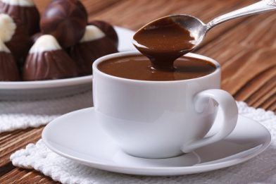 Prático chocolate quente com barra de chocolate