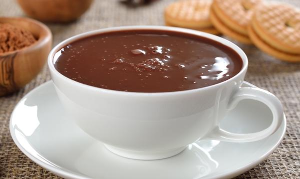 chocolate quente com barra de chocolate